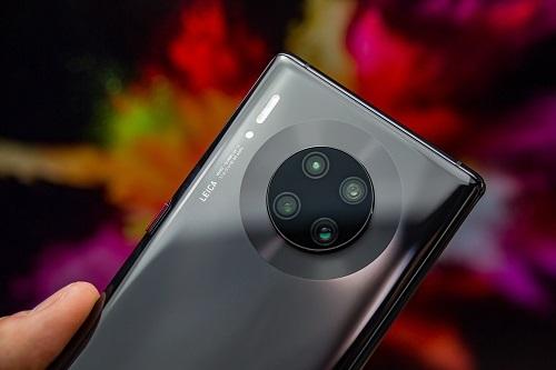 Mate 30 là mẫu smartphone Huawei đầu tiên Huawei không được quyền truy cập dịch vụ và bộ công cụ cần thiết của Google. Ảnh: Digital Trends.