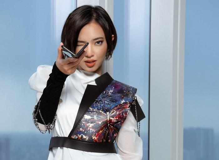 Trong bài đăng mới trên trang cá nhân, Châu Bùi hé lộ nhân tố mang đến nguồn cảm hứng và những góc nhìn mới trong thời trang cho cô là chiếc smartphone màn hình gập Galaxy Fold của Samsung.