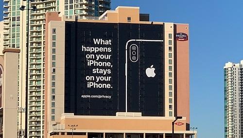 Tấm biển quảng cáo khổng lồ của Apple về quyền riêng tư được treo tại Las Vegas trong suốt thời gian diễn ra CES 2019. Ảnh: Redmondpie.
