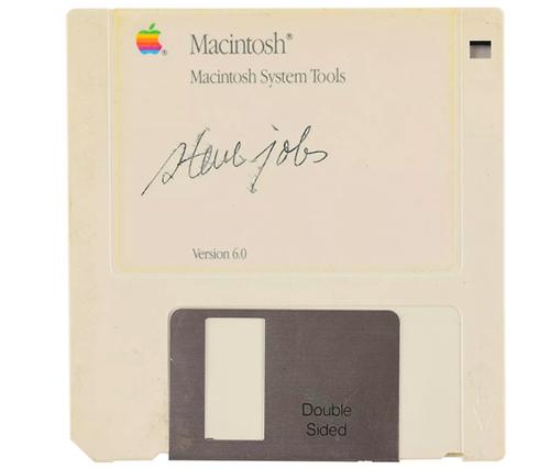 Đĩa mềm có chữ ký của Steve Jobs. Ảnh: RR Auction.