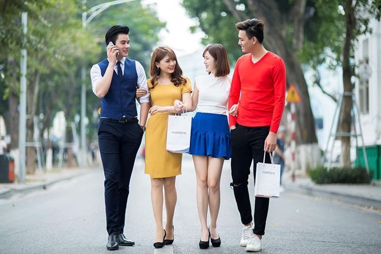 Giới trẻ là một trong số đối tượng khách hàng nhà mạng nhắm đến.