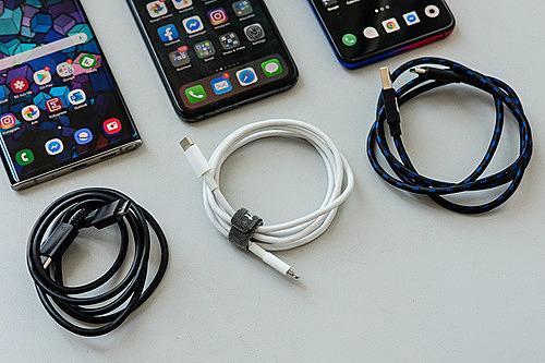 Sạc nhanh trên smartphone chưa có tiêu chuẩn và giữa các hãng thiêu sự tương thích.