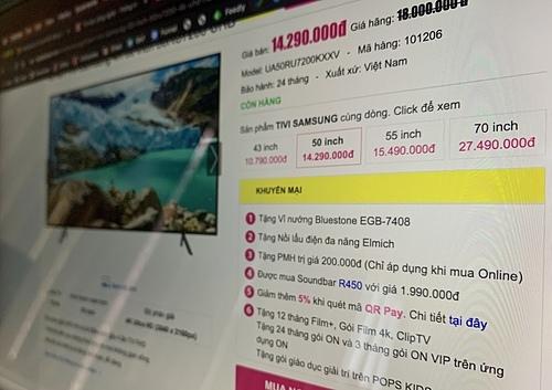 Tham khảo giá trước ở trên mạng, cắt các quà tặng khuyến mại không cần thiết có thể giúp người mua TV với giá giảm sâu hơn nữa. Ảnh: Tuấn Anh.
