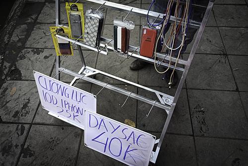 Cáp, sạc iPhone có giá 40 nghìn đồng, chỉ bằng 1/10sản phẩm chính hãng nhưng chất lượng không đảm bảo.