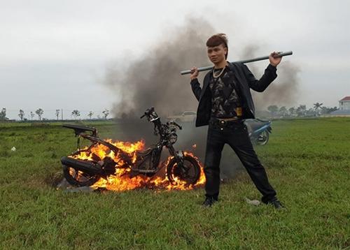 Ngô Bá Khá trong một video đốt xe.
