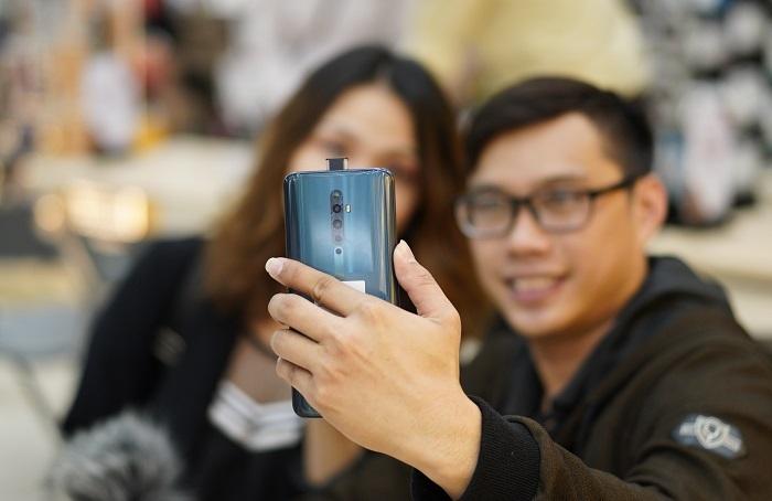 Reno2 F là chiếc smartphone bán chạy nhất thị trường trong phân khúc 7-10 triệu, chiếm 50% thị phần, theo số liệu thống kê của GfK vào tháng 11. Đây là một trong những sản phẩm trung cao thành công của Oppo trong năm 2019.
