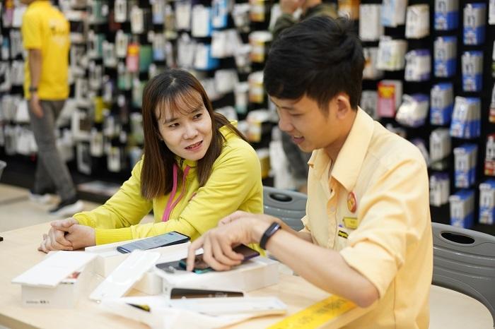 Nhân viên hoạt động không ngừng nghỉ giúp khách hàng kiểm tra, trải nghiệm các tính năng của thiết bị.