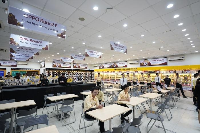 Từ sáng sớm, đội ngũ nhân viên cửa hàng Thế Giới Di Động đã chuẩn bị sẵn sàng để chào đón các khách hàng may mắn.