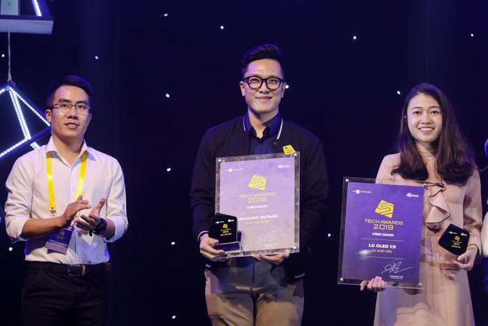 Đại diện Samsung và LG nhận giải của hạng mục Tivi.