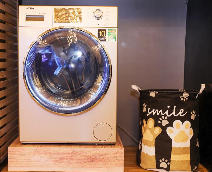 Bên cạnh tủ lạnh, Aqua đem đến triển lãm máy giặt lồng ngang AQD-DD1050E. Đây là sản phẩm đại diện cho cho sản phẩm có lồng giặt lớn với thiết kế vòng đệm kháng khuẩn ABT giúp ngăn ngừa bụi bẩn, sợi vải bám vào cửa máy sau nhiều lần giặt.