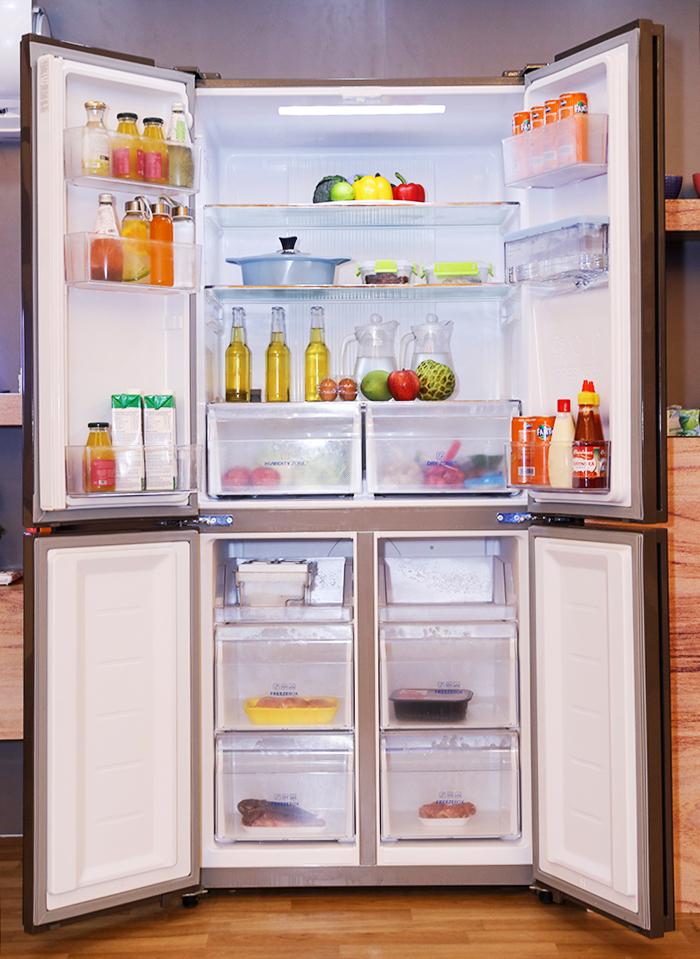 Tủ lạnh Magic Cooling AQR-IW338EB trang bị ngăn đông phía dưới cùng ngăn chứa Magic Room, có thể điều chỉnh nhiệt từ -18 độ C đến 5 độ C, vừa làm ngăn mát, ngăn đông và ngăn đông mềm.