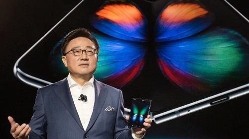 DJ Koh, Giám đốc điều hành Samsung giới thiệu Galaxy Fold tại Galaxy Unpaked vào tháng 2/2019. Ảnh: GSM Arena.