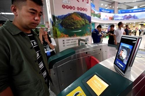 Hệ thống nhận diện khuôn mặt được lắp đặt tại một trạm soát vé. Ảnh: SCMP.