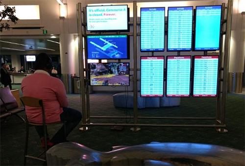 Hành khách chiếm một màn hình để chơi game. Ảnh: CNN