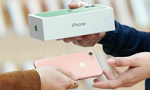 Apple nổi tiếng với các chương trình thu cũ, đổi mới mỗi khi iPhone mới ra mắt. Giá thu mua của hãng công khai và sản phẩm sau khi mua được bán lại dưới mác hàng Refurbished. Ảnh: Apple.