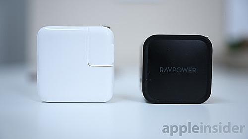 Mẫu sạc của RAVPower (bên trái) có kích thước nhỏ hơn, nhưng công suất cao gấp đôi sạc của Apple. Ảnh: AppleInsier