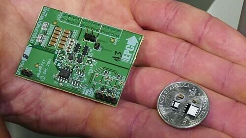 Hai bảng mạch có cùng tính năng, nhưng sản phẩm dùng vật liệu GaN (bên phải) nhỏ hơn 15 lần, tiết kiệm 40% năng lượng. Ảnh: EPC