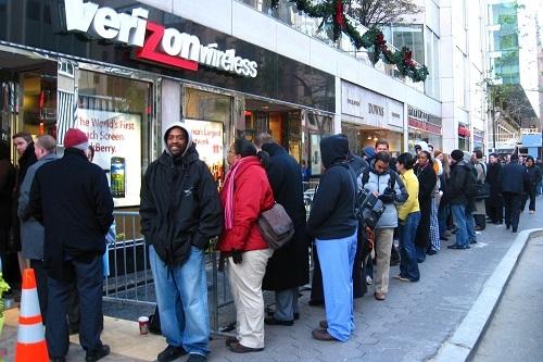 Hàng dài người xếp hàng chờ mua BlackBerry Storm trước cửa hàng của Verizon vào năm 2008. Ảnh: Mobile & Wireless News.