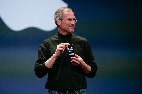 Steve Jobs giới thiệu iPhone đầu tiên là thiết bị hội tụ giữa điện thoại, máy nghe nhạc MP3 và thiết bị truy cập Internet di động. Ảnh: Forbes.