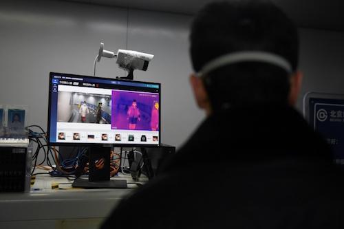 Hệ thống tự động đo thân nhiệt bằng AI của Megvii tại một nhà ga ở Bắc Kinh. Ảnh: AFP.