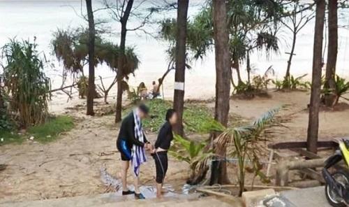 B?c ?nh k? qu?c c?a m?t c?p ??i trên b?i bi?n Phuket do Google Street Views ghi l?i. ?nh: Express.