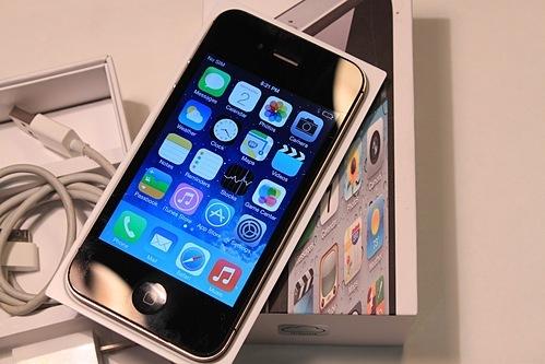 iPhone 4/4s vẫn được mua bán nhiều, dù đã ra mắt gần 10 năm. Ảnh: TechNak