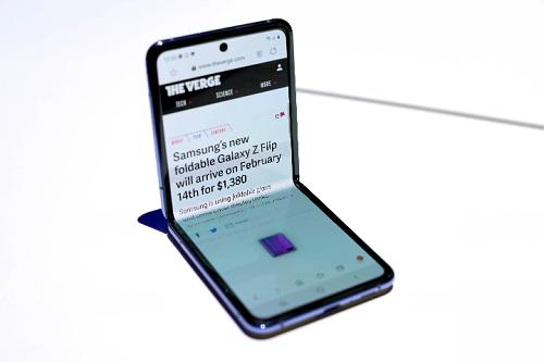 Galaxy Z Flip không còn xuất hiện vết nhăn trên khu vực bản lề. Ảnh: The Verge.