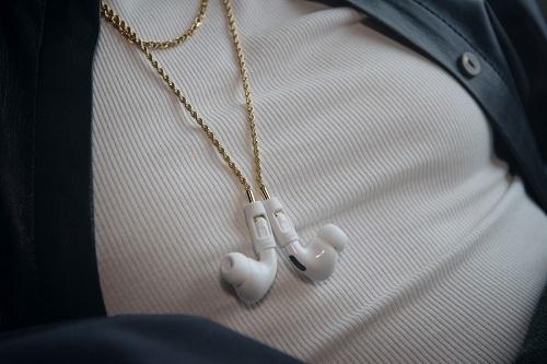 Dây đeo AirPods Pro mạ vàng giá 99 USD của Tapper. Ảnh: SCMP.