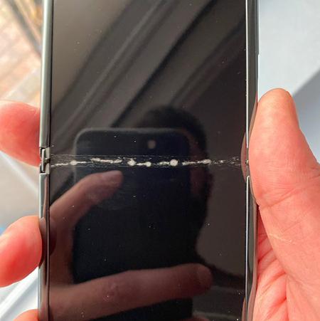 Vết nứt xuất hiện trên phần gập của Galaxy Z Flip. Ảnh: Amir.