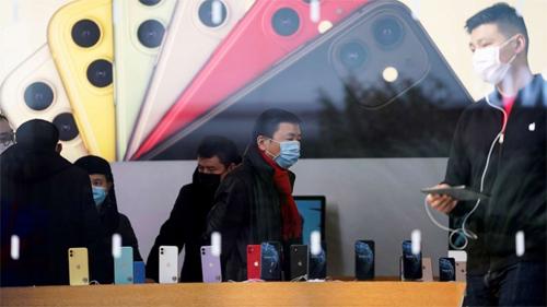 Người dùng đeo khẩu trang trong Apple Store tại Thượng Hải cuối tháng 1. Ảnh: Reuters.