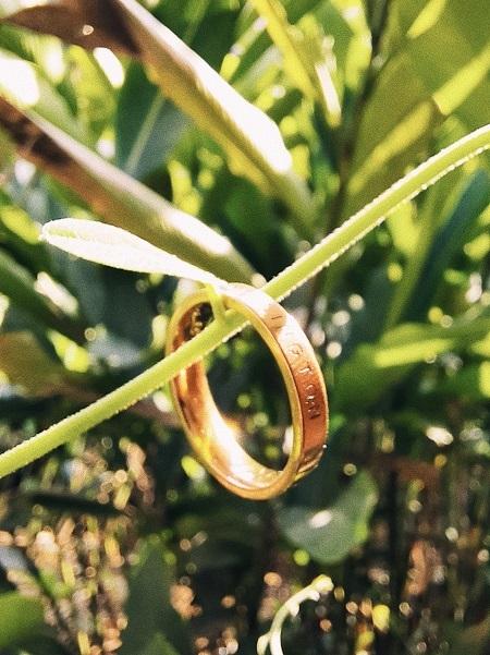 Ảnh cận cảnh lãng mạn và nghệ thuật về chiếc nhẫn cưới.