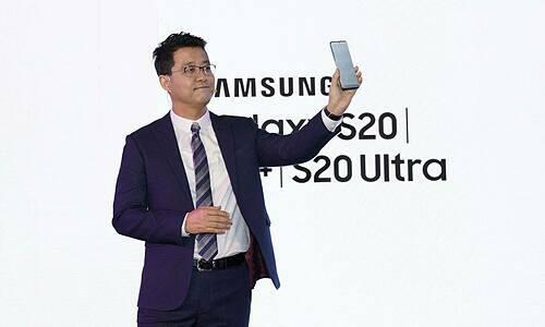 Ông Suh Kyung Wook, Tổng Giám đốc Samsung Việt Nam, giới thiệu bộ ba Galaxy S20 tại buổi ra mắt hôm nay của hãng ở TP HCM.