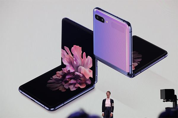 Galaxy Z Flip là smartphone đáng chú ý nhất tại Unpacked 2020. Ảnh: The Verge