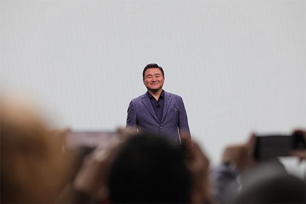 TM Roh thay thế DJ Koh giới thiệu flagship của Samsung. Ảnh: The Verge
