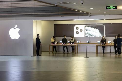 Khách hàng và nhân viên đeo khẩu trang tại Apple Store Thượng Hải ngày 15/2. Ảnh: Bloomberg.