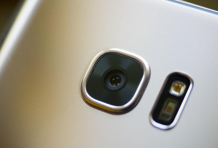 F1.7 được xem là con số rất khủng vào thời điểm đó, smartphone sở hữu ống kính với khẩu độ vàng