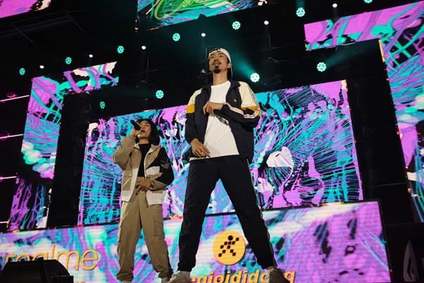 Rapper Đen trên sân khấu của Realme tại Đại học Bách Khoa.