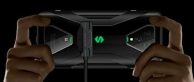 Black Shark 3 Pro với phím bấm vật lý, mặt lưng có sạc nam châm.