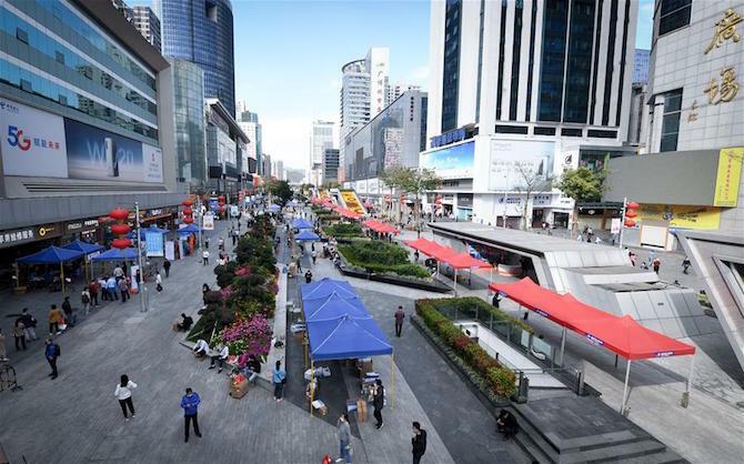 Các tiểu thương thiết lập 100 quầy lưu động trên phố Huaqiang North thay vì ngồi tại gian hàng trong chợ Hoa Cường Bắc. Ảnh: Xinhua.