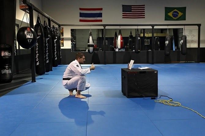 Một giáo viên võ thuật tại Maryland đang livestream cho các học viên. Ảnh: NY Times.