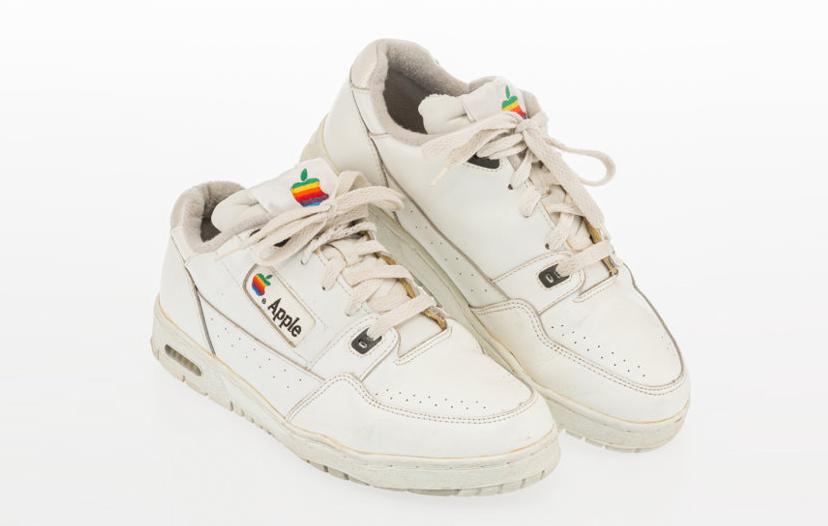 Đôi sneaker được Apple sản xuất năm 1990 cho nhân viên.
