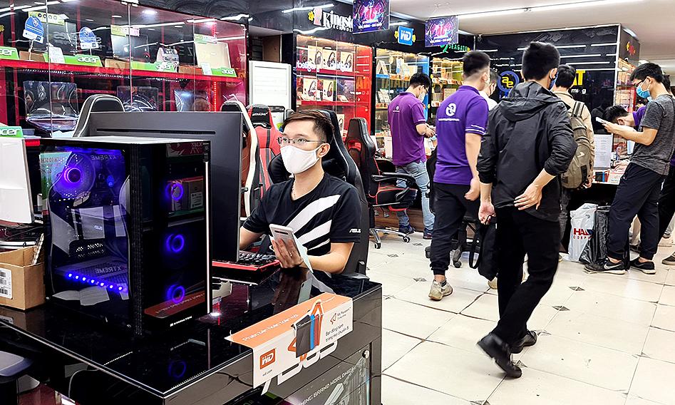Yêu cầu nhân viên đeo khẩu trang và chuẩn bị nước rửa tay, nhiều cửa hàng máy tính vẫn đông khách trong mùa dịch.