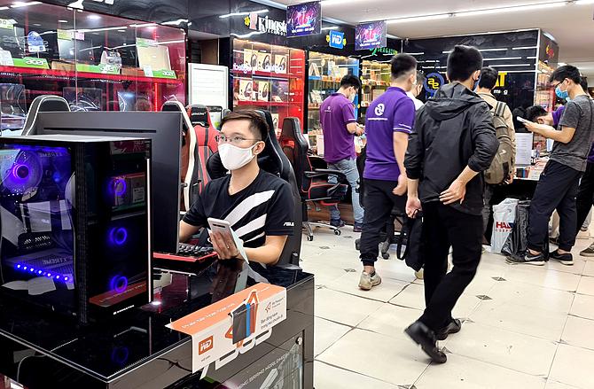 Nhu cầu máy tính tăng cao khi học sinh và người đi làm phải ở nhà vì dịch.