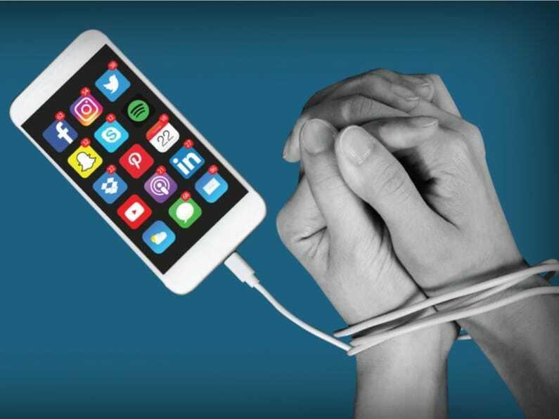 Nhiều người dùng bị trói buộc vào smartphone do bị hạn chế ra ngoài hoặc bị cách ly. Ảnh:Business Insider.