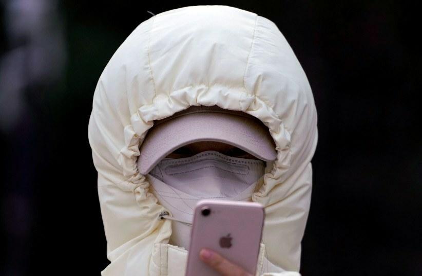 GPS trên smartphone có thể theo dõi vị trí của các ca nghi nhiễm. Ảnh: Reuters.