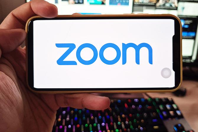 Zoom là ứng dụng hỗ trợ học và họp từ xa, được nhiều người Việt Nam sử dụng. Ảnh: LQ