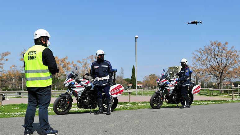 Cảnh sát Italy được dùng máy bay không người lái để kiểm soát cách ly đến ngày 3/4 khi lệnh phong toả được dỡ bỏ. Ảnh: Jennifer Lorenzini.