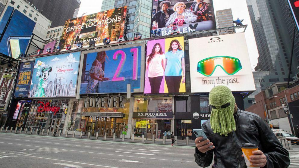 Một người đeo mặt nạ bạch tuộc tại New York, nơi đang có nhiều ca nhiễm nCoV nhất tại Mỹ. Ảnh: AP.