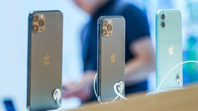 Giá bán của iPhone 11, 11 Pro và 11 Pro Max ở Việt Nam đã rẻ hơn giá mua tại Apple Store Mỹ. Ảnh: Cnet.