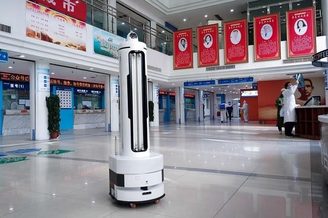 Robot khử trùng UVC Youibot tại một bệnh viện ở tỉnh Hồ Bắc. Ảnh: Youibot